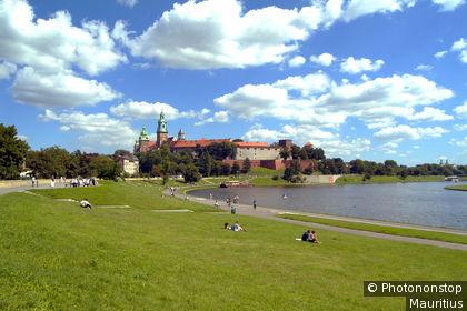Viandantes a orillas del Vístula con la catedral de Wawel al fondo
