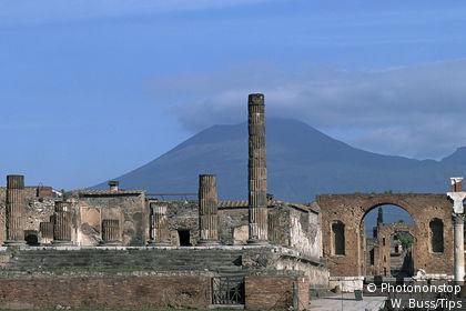 Die Ruinen von Pompeji mit Vesuv im Hintergrund