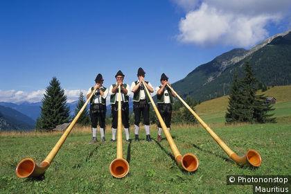 Hombres con el traje tradicional suizo
