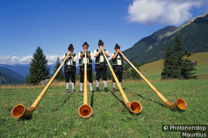 Hommes en costume traditionnel suisse