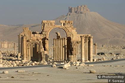 Palmyra und im Hintergrund die Araberburg
