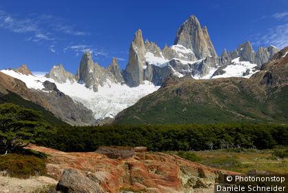 Argentine, Patagonie, Parc national Los Glaciares, El Chalten, roches rouges sur le sentier de la Laguna de los Tres vers le Fitz Roy (3405m)