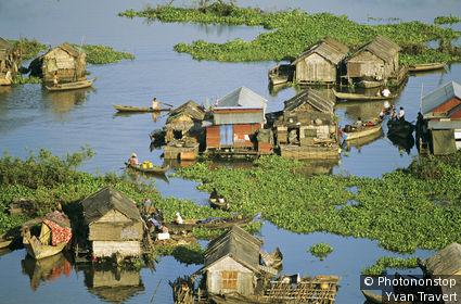 Cambodge, Siem Reap, Tonle Sap, vue plongeante sur village lacustre, gens sur barques