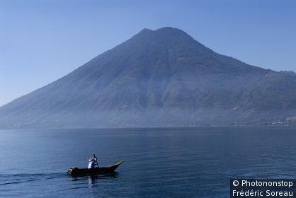 Guatemala, lac Atitlàn, barque de pêcheur, volcan Tolimàn au fond