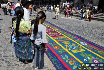 Alfombra de Aserrin (tapis fleuri) en aiguilles de pin et pétales de fleurs, réalisé sur la chaussée pour une procession catholique de la Semaine Sainte à Antigua, patrimoine mondial UNESCO, Guatemala, Amérique centrale