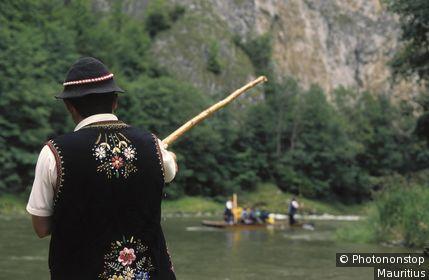 Slowakei, Hohe Tatra, Dunajec, Floßfahrten, Flößer, Rückenansicht Europa, Mitteleuropa, Slowakische Republik, Fluss, Gewässer, Nebenfluss der Weichsel, Nordostgrenze zu Polen, Touristen, Tourismus, Floßfahrt, Flöße, zwei, Flussfahrt, Wasserfahr