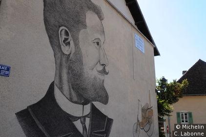 Mur décoré au centre du village