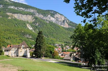 Le village au pied de la falaise