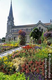 02. Chauny, rond-point devant l'église (les singes représentés sont l'emblème de la ville appelée