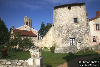 Charroux, la tour de guet et le clocher de l'église Saint-Jean-Baptiste (inscrit aux Plus Beaux Villages de France)