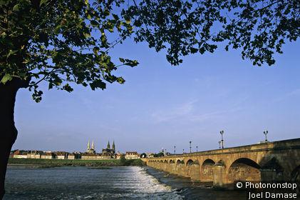 Moulins, vue d'un pont sur l'Allier, flèches des cathédrales au loin, ciel bleu