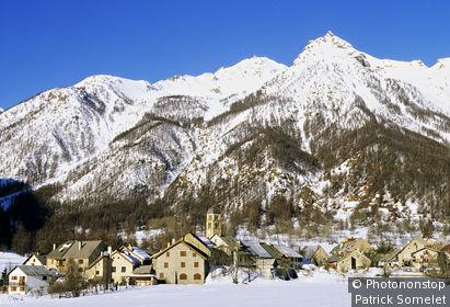 05. Serre-Chevalier, vallée de la Guisane, Casset en hiver, village, montagne enneigée en arrière-plan, ciel bleu