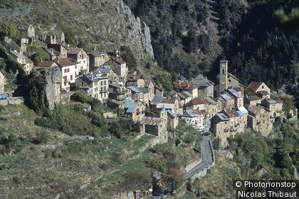 Roubion (sur les hauteurs de la vallée de la Tinée) village perché (Parc National du Mercantour, Zone Périphérique)