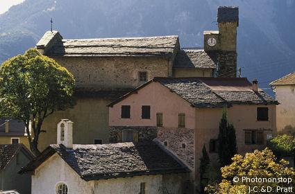 Roure, village perché, maisons anciennes, versant de montagne en arrière plan