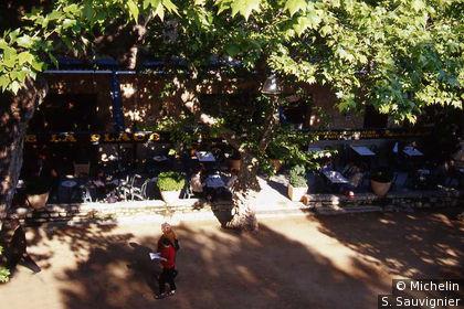Place et terrasse de café