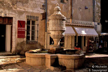 Fontaine, place du Peyra