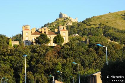 Ruines du château en arrière plan