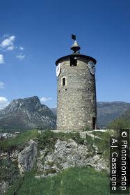 09. Tarascon sur Ariège, donjon de la vieille ville, ciel bleu
