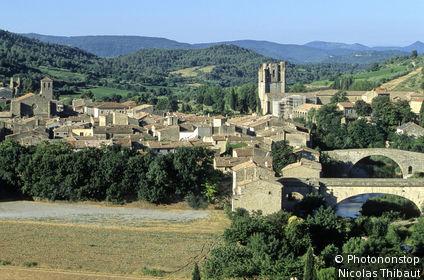11 Lagrasse (plus beaux villages de France), vue générale du village médiéval et rivière Orbieu