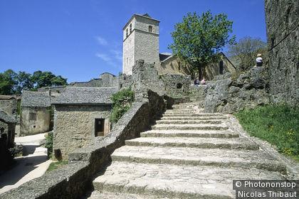 Larzac, La Couvertoirade, village fondé par l'Ordre des Templiers au 12e siècle, fortifié par les Hospitaliers (Ordre de Malte) (Plus Beaux Villages de France ) la montée à l'église