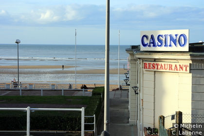 Enseigne du Casino de Houlgate donnant sur le bord de mer