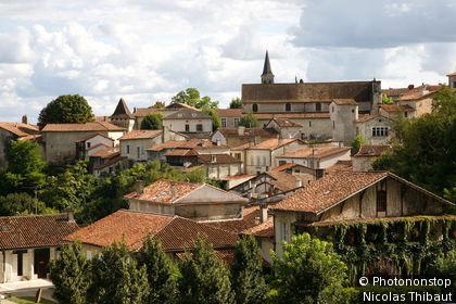 Aubeterre sur Dronne, vue générale du village (Plus Beaux Villages de France)