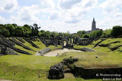 Les arènes et l'église Saint-Eutrope à l'arrière, amphithéâtre romain.