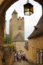 Vue d'une tour du château par la porte Veuva