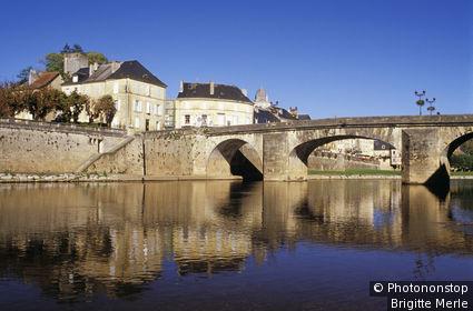 24. Montignac, pont sur la Vézère, ciel bleu