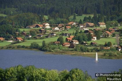 Frankreich, Franche-Comte, Malbuisson, Lac de Saint Point, Europa, Ostfrankreich, Dorf, Ortsansicht, See, Wasser, Segelboot, Aussicht,