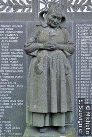 Monument aux morts de Fouesnant : La Fouesnantaise (Paysanne en coiffe) par Quillivic