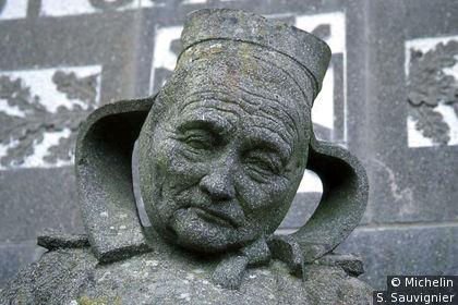 Monument aux morts de Fouesnant : Détail du visage de la Fouesnantaise (Paysanne en coiffe) par Quillivic