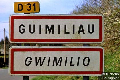 Panneau d'entrée de ville en français et en breton