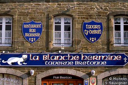 Façade de la taverne Blanche Hermine à Pleyben