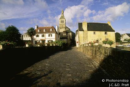 Quimperlé, pont fleuri, église Ste Croix au fond