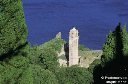 Haute Corse, Cap Corse, Pïno, vue plongeante sur église Ste Marie, mer en arrière-plan