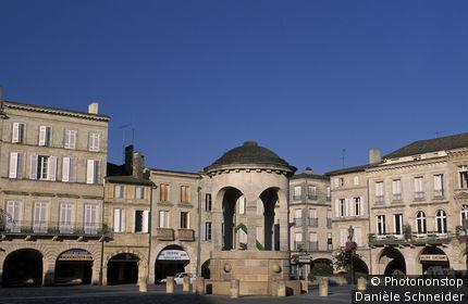 33. Bastide de Libourne, fontaine sur la place Abel-Surchamp, ciel bleu