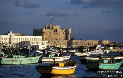 Egypte, Alexandrie, sur le Delta du Nil, Fort Qait-Bay, barques et bateaux de pêche amarrés