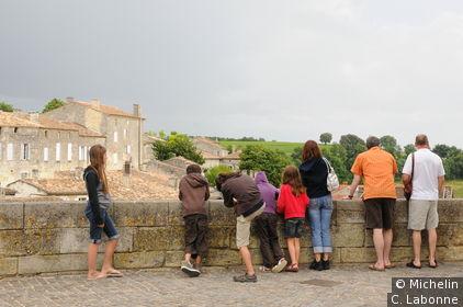 Terrasse panoramique au pied du clocher de l'église Monolithe