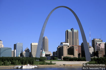 Usa, Missouri, St. Louis. City skyline and the Gateway Arch in early morning