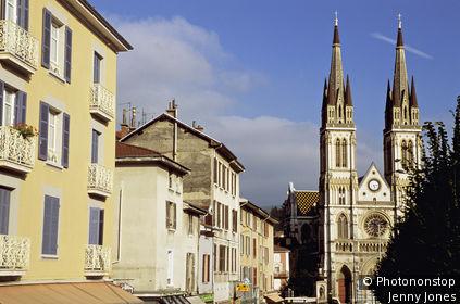 38. Voiron, vue générale de l'église, immeubles