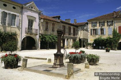 Labastide d'Armagnac, place royale, les couverts et facades au fond, ciel bleu