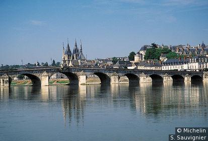 Vue de la vieille ville et de son pont depuis les rives de la Loire