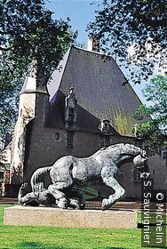 Bronze de Louis Leygue intitulé Le cavalier tombé, et situé sur la pelouse du parc Ronsard