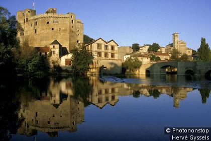 Clisson,la ville et le château se reflétant dans la Sèvre Nantaise, XIIIème et XVème siècle