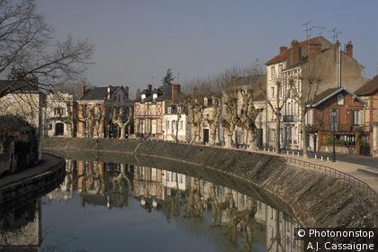 45. Montargis, canal de Briare, les quais du vieux Montargis