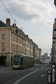 Passage du tramway dans la rue Royale