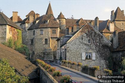 Carennac, vue générale du village, pont au premier plan, (Plus Beaux Villages de France)