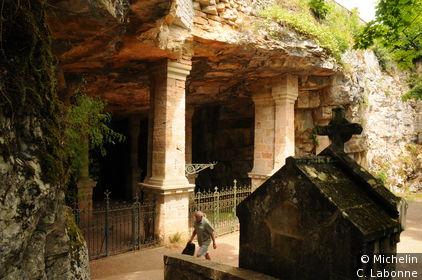 Caverne-crypte en haut du Chemin de Croix