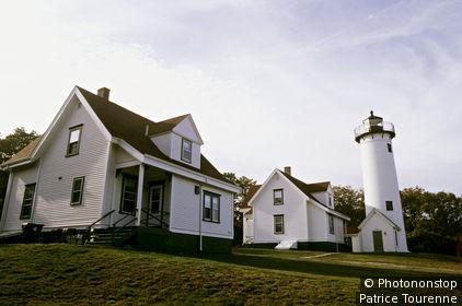 USA, Massachusetts, Martha's Vineyard, Vineyard Haven, phare de West Chop, deux maisons, barrière au premier plan